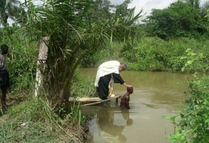 Βαπτίζονται Χριστιανοί παρά τις απειλές και τις διώξεις