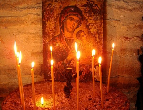 Οι λόγοι που ανάβουμε κερί στην Εκκλησία